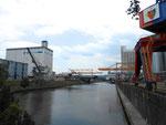 Das Hafenbecken 2 mit dem «FCB-Kran» (rechts) am Juni 2014