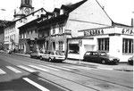 Die Klybeckstrasse mit der Garage P.Chapeau, vormals Post (PTT), 1983