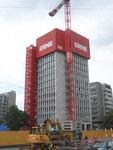 Das durch Burckhardt-Architekten geplante 53 Meter hohe Geigy-Hochhaus, erbaut 1957/58 mit einen selbst aufstellenden Baukran durch die Firma Wenk & AG wird 2017 abgetragen.