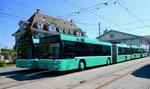 Vier Gelenkbusse vor dem Depot Dreispitz im April 2017