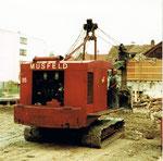 Der Musfeld-Bagger Nr.85 mit dem langjährigen Baggerführer der Firma MUSFELD, während der Arbeit in Neu-Allschwil, 1982