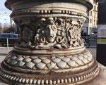 Detailaufnahme des kunstvollen BVB-Strommast-Kandelabers auf dem Aeschenplatz. Ein kaum beachtetes Kunstwerk aus den Anfängen des Basler Trambetriebs (BStB) 1895, Foto November 2020