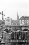 Der Abbruch der alten Johanniterbrücke, im Hintergrund die Matthäuskirche im Kleinbasel, rechts das Restaurant Belvedere, 1966