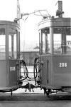 Die Wagenkupplung des Trammotorwagens Be 2/2 Nr.206 und des Anhängewagens Nr.1169 vor dem Depot Dreispitz, 1969