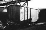 Ein alter Eisenbahn-Güterwagen im Hafenbecken 2 unter der Kranbahn der NEPTUN AG diente als Magazin, 1969