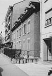 Das Vorderhaus Bläsiring 129 (Baujahr 1882), vorne drei legendäre Ochsner-Mistkübel, 1958