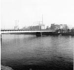 Die elegante Dreirosenbrücke mit Blick gegen die CIBA, während des Hochhausbaues, 1964
