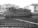Eine bekannte SBB-Schnellzuglokomotive vor der Drehscheibe im Depot Basel, 1971