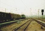 Ein Güterzug der DB mit einer E-Lokomotive der BR 194 160-8 beim Bad.Bahnhof 1979