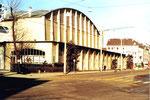 Gesamtansicht der grossen Kongresshalle 8 (Basler Halle) am Riehenring im Jahre 1978 (Diese Halle wurde auch von den Basler Handball-Clubs RTV, KV und ATV für Meisterschafts-Handballspiele benutzt)