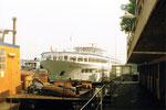 Die Rheinhafen Schiffsanlegestelle beim Dreiländereck, vorne das Reparaturschiff «Krampfer», 1978