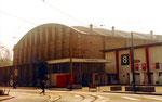 Die viel genutzte Kongresshalle (Basler Halle 8) mit der Holzhalle für die Holzmesse (rechts) 1980