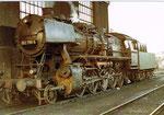 Ein schönes Farb-Foto der Dampflokomotive BR 052 799-4 im BW Haltngen, 1971