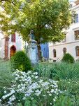 Das Hebel-Denkmal vor der Peterskirche geschmückt mit vielen schönen Blumen, Juni 2017
