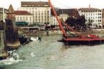 """Die Bergung der «Corona» an der Mittleren Brücke durch das speziell von Deutschland hergeholte starke Kranschiff """"Korsar"""", 1984"""