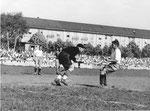 FCB-Torhüter Paul Wechlin während eines Spiels auf dem Landhof 1945-1946 / 1