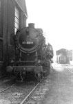 Die Güterzug-Dampflokomotive BR 051 858-9 ein einem Nebengeleise des Bahnbetriebswerks Haltingen 1971