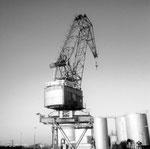 Das Hafenbecken 2 mit dem Wipp-Kran der RHENUS, der auf verschiedene und lange Kranbahnen anfahren konnte, 1970