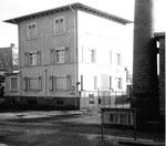 Das Verwaltungsgebäude der BP an der Wiesemündung beim Klybeck-Hafen Basel, 1975
