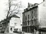 Das grosse Gebäude mit dem ACV (Allgemiener Consumverein) in der Dorfstrasse in Kleinhüningen kurz vor dem Abbruch, 1962, Foto: Willi Roesen