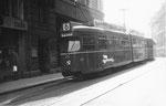 Der Trammotorwagen DÜWAG Nr. 614 auf der damaligen Stammlinie 6 in der Marktgasse die Haltestelle Schifflände anfahrend, 1969