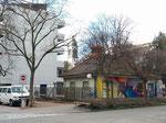 Die verkleinerte Anlage an der Kreuzung Bläsiring/Müllheimerstrasse. Das alte Strassenschild (siehe Foto-Nr. 327) und die Sandkästen für Kinder wurden entfernt und dieser kleine Ruheplatz wird nun von parkierenden Autos verstellt. Februar 2020
