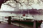 Das grosse Passagierschiff «MS URSULA» an der Anlegestelle St.Johann mit Blick gegen die Dreirosenbrücke und CIBA, 1970