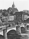 Die Mittlere Brücke mit zwei Tramzügen der Linien 4 und 6 mit Blick Richtung Grossbasel: Martinskirche, Café Spillmann, Buchhandlung Wepf, Globus, ca. 1947