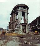 Während des Abbruchs der schönen alten Bahnhofspost im Jahre 1975
