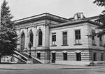 Das Bernoullianum, benannt nach der Mathematikerfamilie Bernoulli, wurde vom Architekten Johann Jakob Stehlin d.J. 1872 1874 erbaut, diente als Sternwarte (Kuppel) und wird heute von der Universität Basel genutzt.