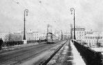 Die Fahrbahn der Johanniterbrücke mit einem Tram der sinnvollen Ringlinie 2 im Jahre 1962 (leider wurde der Trambetrieb mit dem Bau der neuen Brücke aufgehoben)
