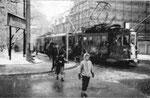 Zwei Tramzüge, Be 2/2 Nr. 69 und ein Be 4/4 der komfortablen Ringlinie 2, an der grosszügigen Haltestelle Schützenhaus im strengen Winter 1962/63