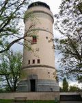 Der in Jahre 1926 erbaute und 36 Meter hohe Wasserturm in Basel auf dem Bruderholz.