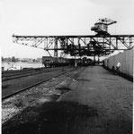 Die Krananlagen der Rheinischen Kohlenumschlags AG im Klybeck-Hafen im Jahre1960