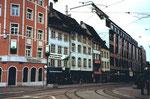 Die Häuserreihe in der Greifengasse mit «Eisenwaren-Strahm», dem Zigarrenhaus «zem blaue Dunscht» und dem Warenhaus «RHEINBRÜCKE» (rechts) 1978