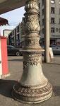 Andere Ansicht des reich verzierten Strommast-Kandelaber auf dem Aeschenplatz. Ein kaum beachtetes Kunstwerk aus den Anfängen des Basler Trambetriebs (BStB) 1895 Foto November 2020
