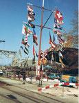 Das Hafenbecken 1 mit dem hohen Flaggenmast 1984, rechts die Umschlags-Anlagen der Schweiz.Reederei (später SRN)