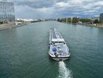 Das Tankschiff «Rotterdam» auf Talfahrt unterhalb der Dreirosenbrücke, 12017