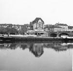 Die Mittlere Brücke mit einem Frachtschiff, Blickrichtung Kleinbasel (Wohl-Haus und Café Spitz), 1960