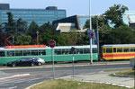 BVB und BLT in Belgrad vereint: ein BVB-DÜWAG-Trammotorwagen und ein BLT-Anhäner in einer Strasse in Belgrad. Sommer 2017