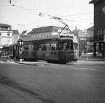 Der Trammotorwagen Be 4/4 Nr. 469 auf Linie 16 an der Haltestelle Barfüsserplatz, 1975