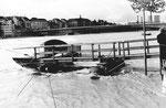 Die Klingentalfähre «Vogel Gryff» mit Blick gegen die Johanniterbrücke beim Hochwasser 1979