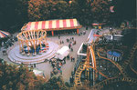 Gesamtansicht der Herbstmesse auf der Rosental-Anlage mit «SwingUp» (links) und Achterbahn (rechts), 1987