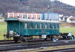 Viele Jahren verottete dieser Eisenbahnwagen am Bahnhof in Rheinfelden. Er gehörte zu einer Dreierkombination von Personenwagen in dem, in besseren Zeiten, die Gäste am Bahnhof abgeholt und mit einer Dampflok zur Brauerei gefahren wurden.