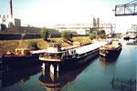 Blick ins Hafenbecken 2 mit motorlosen Lastkähnen, 1980