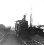 Eine der zwei Rheinhafen-Dampflokomotiven vor den Depotanlagen, 1971