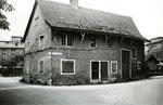 Ein bereits leerstehendes Dorf-Haus in Kleinhüningen. Im Hintergrund die grossen Silos der RHENUS und NEPTUN