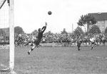 Der FCB-Torhüter Paul Wechlin während des Spiels FC Base l- FC Nordstern (2:0) im Stadion Landhof im April 1943