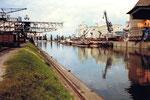 Blick ins Hafenbecken 1, links der Kran der Rheinischen Kohlenumschlags AG, rechts die Anlagen der Schweiz.Reederei, 1980