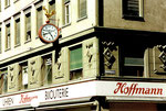Detailansicht des Hauses von «Uhren & Bijouterie Hoffmann» mit der schönen Uhr an der Ecke Greifengasse/Utenbasse Juni 1990